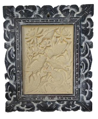 Schilderijtje van gips met sierlijst (whitewash)