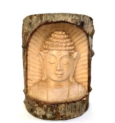 Boeddha uitgesneden uit boomstammetje